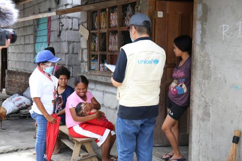 Barangay health worker Elvie Mendoza and UNICEF visit residents of Purok 2, Sitio Target during the rapid coverage assessment for the massive polio vaccination.