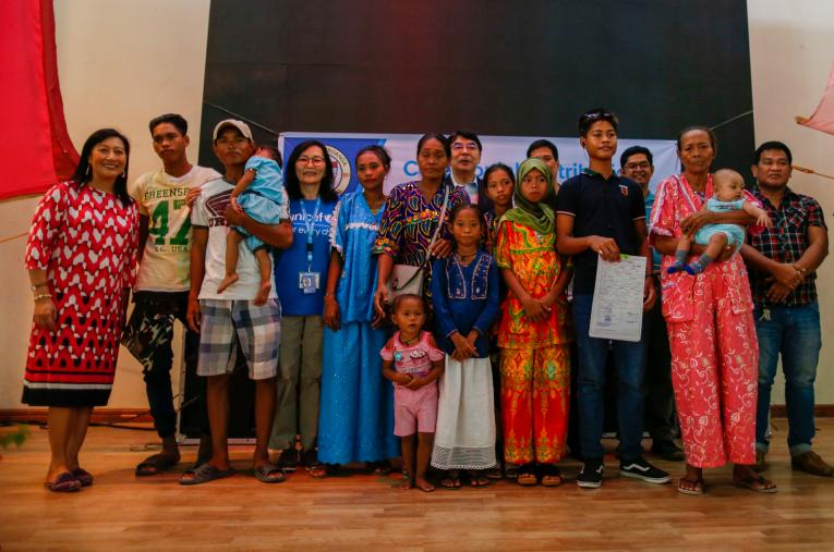 Indigenous people, local government officials and UNICEF and UNHCR staff pose for a group photo