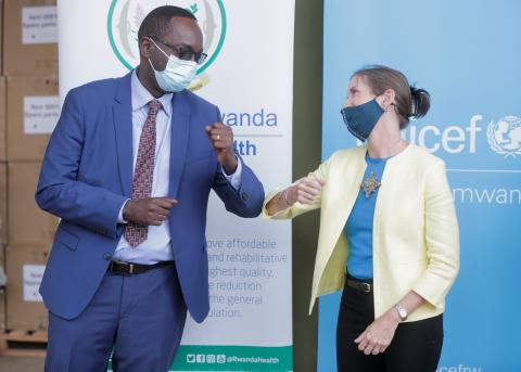 Honourable Minister of Health Dr. Daniel Ngamije thanks UNICEF Representative in Rwanda Julianna Lindsey for the handover of US$ 1 million in essential medical supplies and equipment.