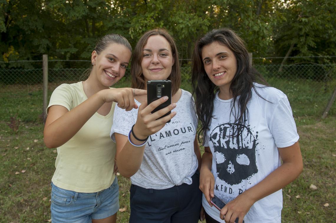 Devojčice u drže telefon u ruci