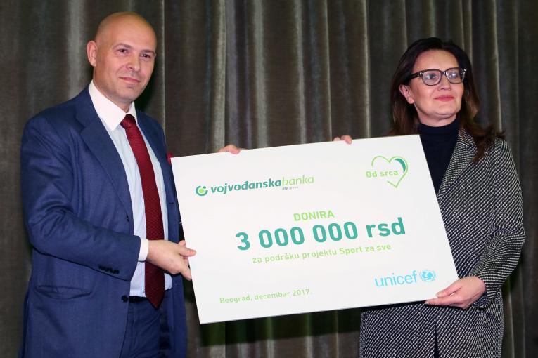 Vojvodjanska bank donating the money to UNICEF