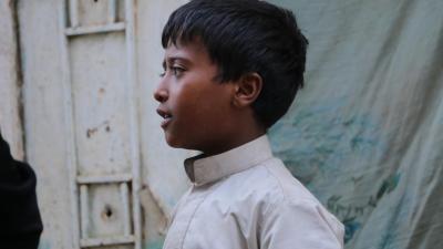 Un niño en Yemen mira a su alrededor