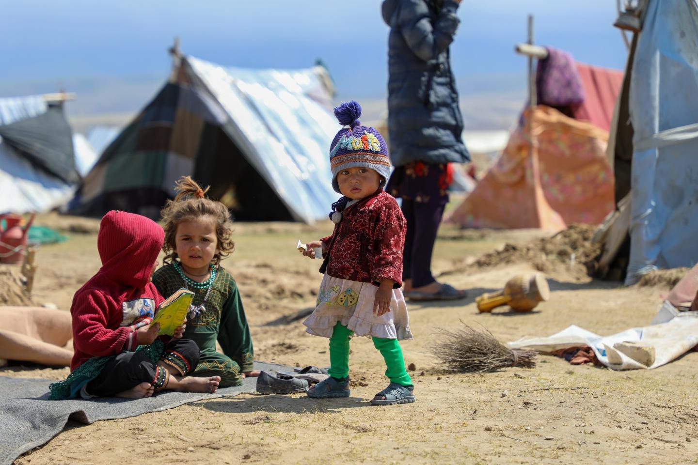 Afganistán. Un niño camina alrededor de un campamento de desplazados.