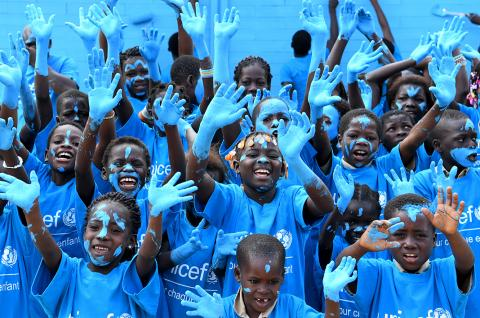 For World Children's Day, the children of the village of Sakassou, in the center of Côte d'Ivoire, painted their new school, made out of recycled plastic bricks blue.