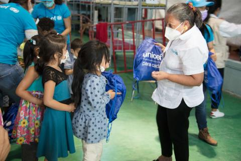 Jean Gough, UNICEF Regional Director of UNICEF in Latin America and the Caribbean Children, distributes UNICEF's Hygiene kits in Municipal Gym Kiki Romero in Ciudad Juárez, Chihuahua, México on 12 April 2021