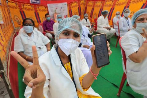 India. Healthcare workers prepare for the vaccination campaign.