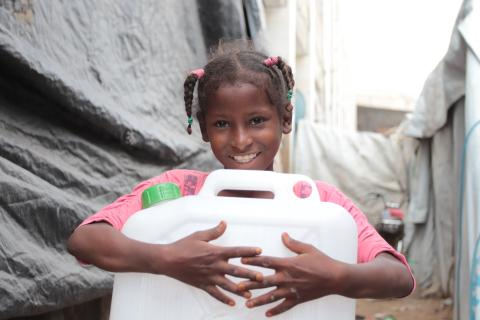WASH in Yemen: a girl carrying a jerrycan
