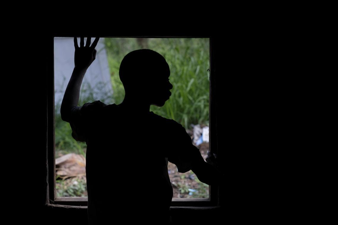 Sudán del Sur.  Un niño secuestrado por un grupo armado mira por una ventana después de ser liberado.