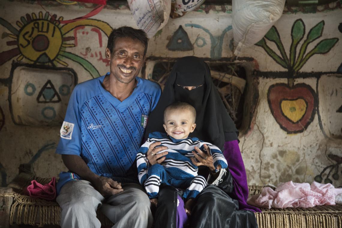 Una bebé con sus padres en su hogar en Yemen