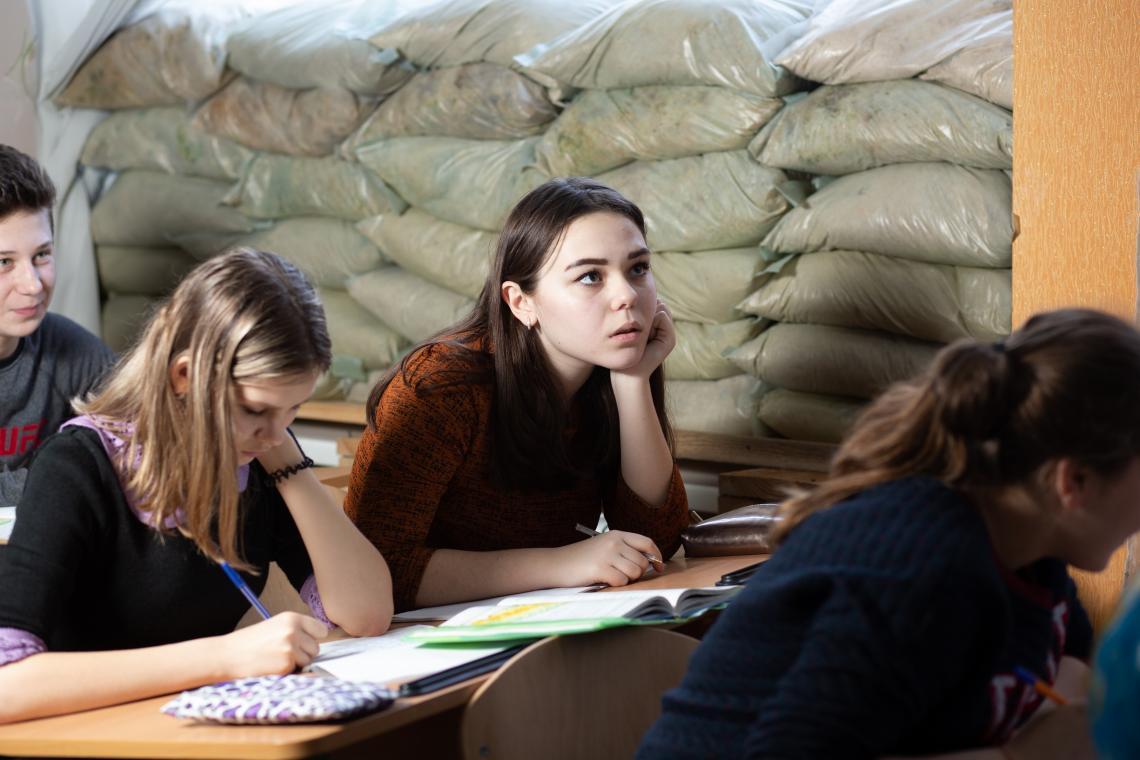 Ucrania.  Una niña estudia en un aula en el este de Ucrania.