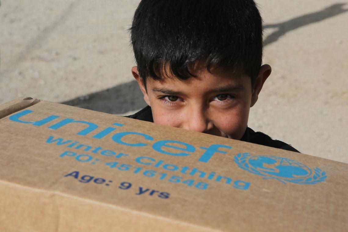 Líbano.  Un refugiado sirio sostiene una caja de suministros.