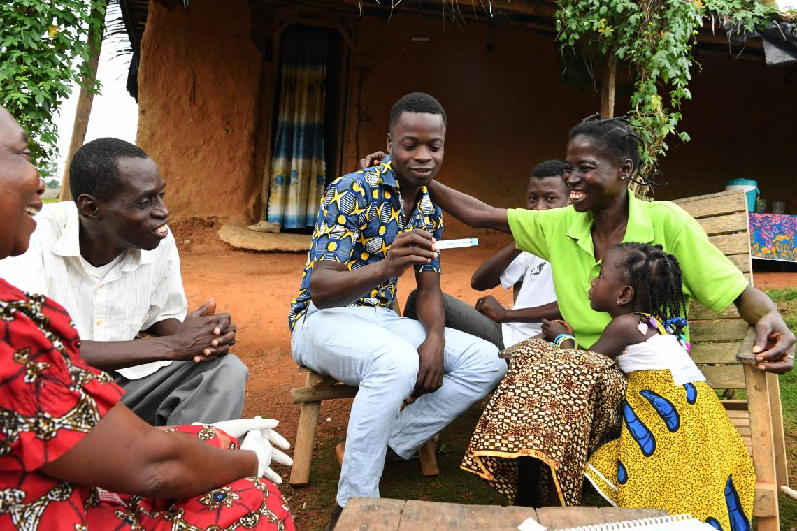 A family is undergoing a home screening HIV test in the village of Benjaminkro, in the Southwest of Côte d'Ivoire.