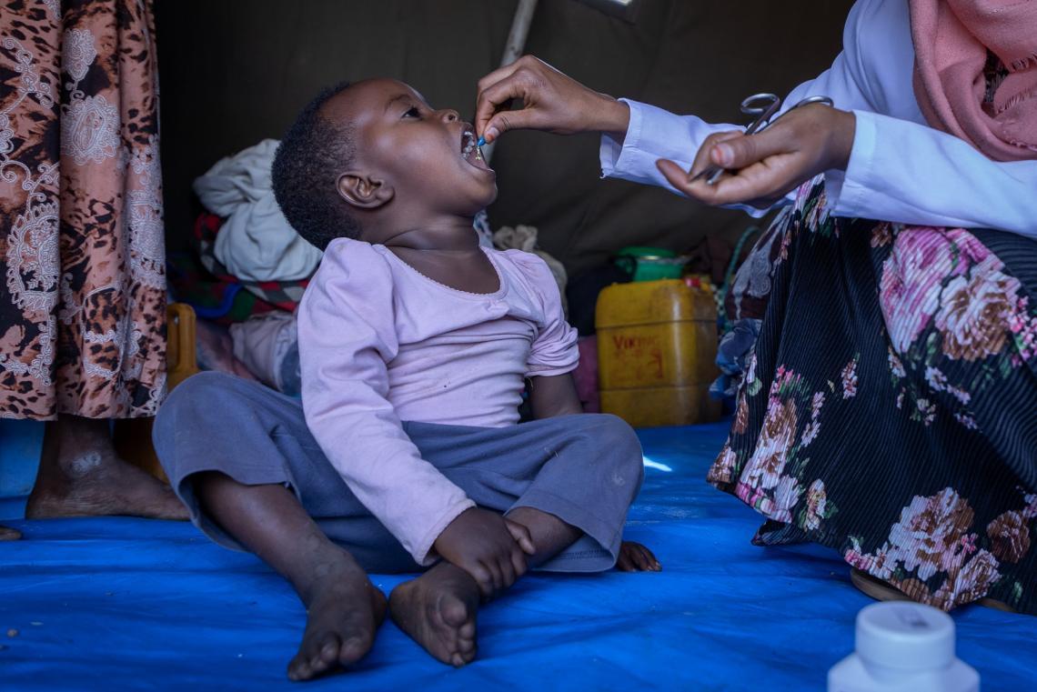Etiopía. Un niño pequeño recibe un suplemento de vitamina A.