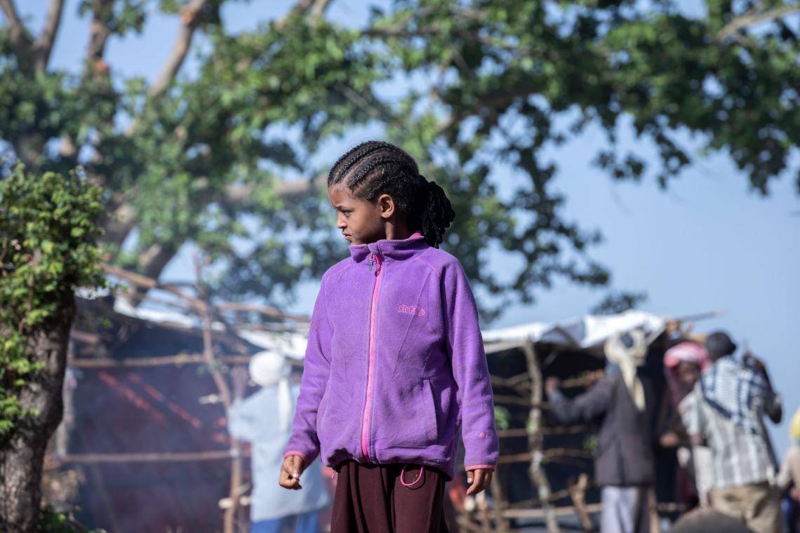 Etiopía. Una niña se encuentra cerca de las tiendas de campaña en un campamento para desplazados internos.