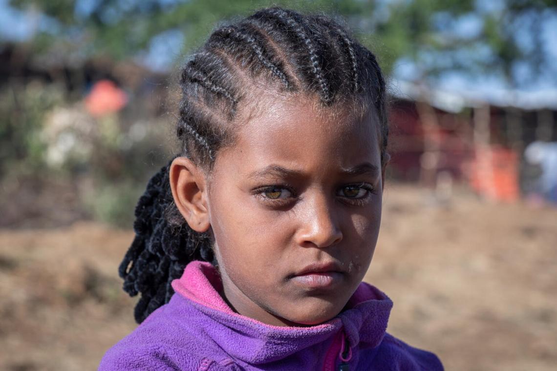 Etiopía. Una niña mira a la cámara en un sitio para personas desplazadas.