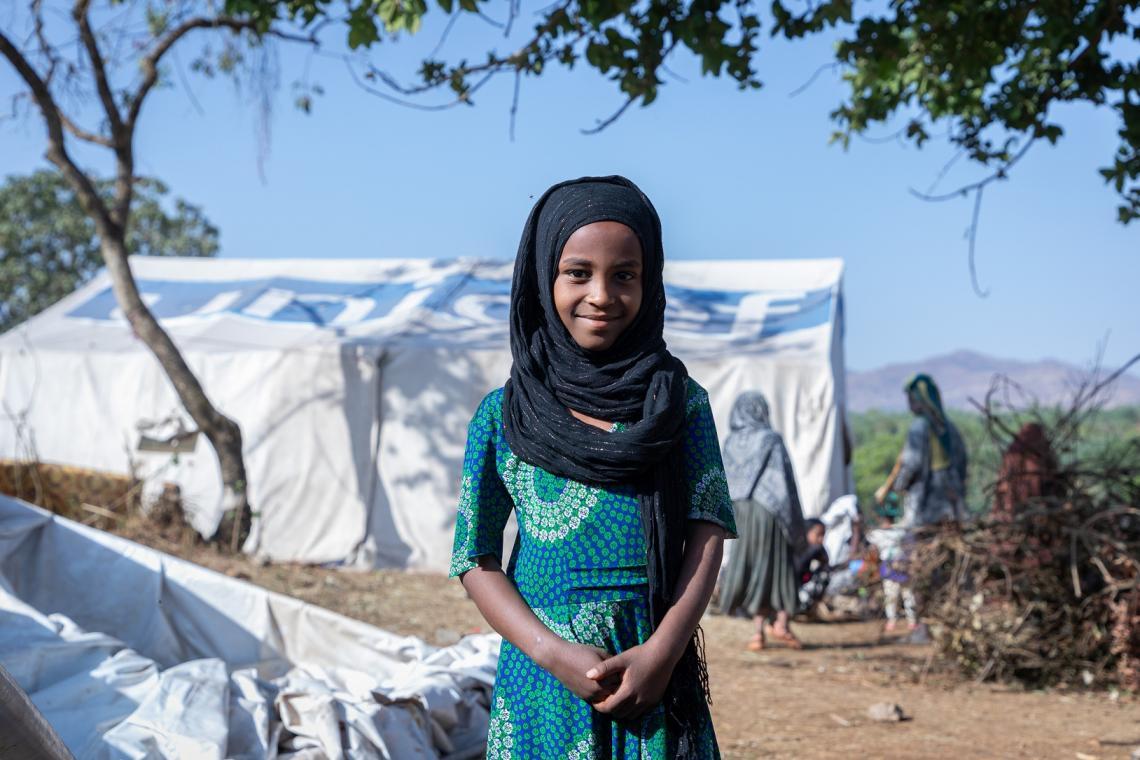 Etiopía. Una niña está fuera de una tienda de campaña en un campamento para desplazados internos.