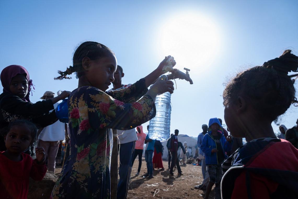 Etiopía. Los niños se reúnen para recoger agua limpia de un punto de agua.
