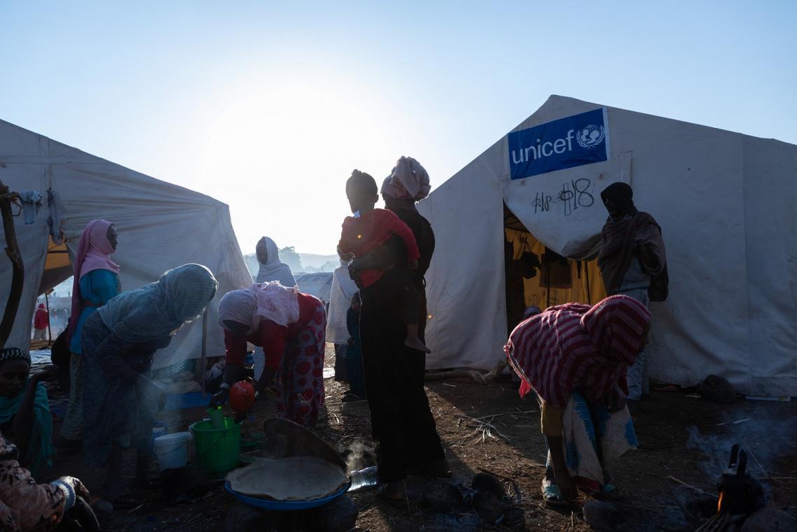 Etiopía. La gente se reúne fuera de las tiendas de campaña de un campamento para desplazados internos.