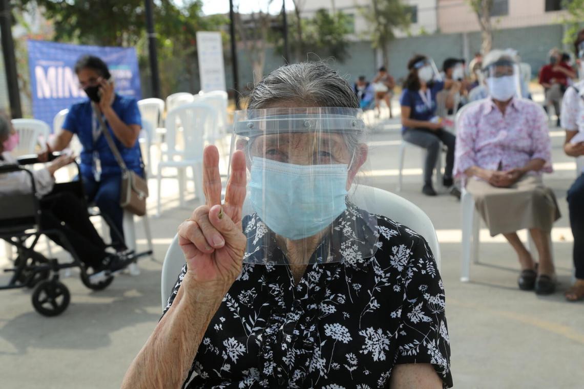 Las personas de edad comenzaron a recibir las vacunas contra la COVID-19 en un puesto de vacunación instalado en el distrito San Martín de Porres, en Lima, Perú.