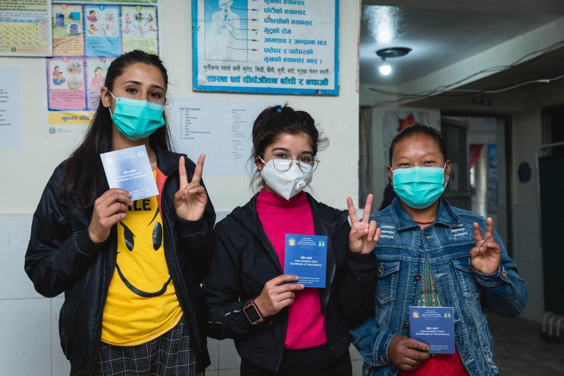 Los trabajadores de la salud y de primera línea recibieron la segunda dosis de la vacuna contra la COVID-19 en el puesto sanitario de Gotikhel, distrito de Lalipur, en el centro de Nepal.