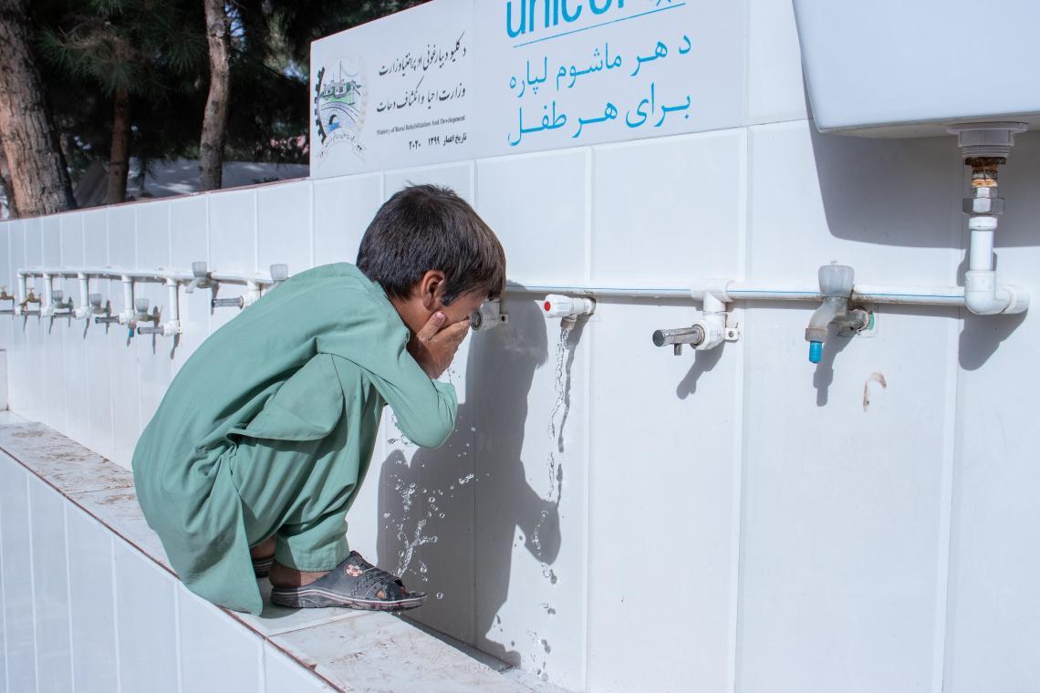 Afganistán. Un niño se lava en un punto de agua instalado por UNICEF.
