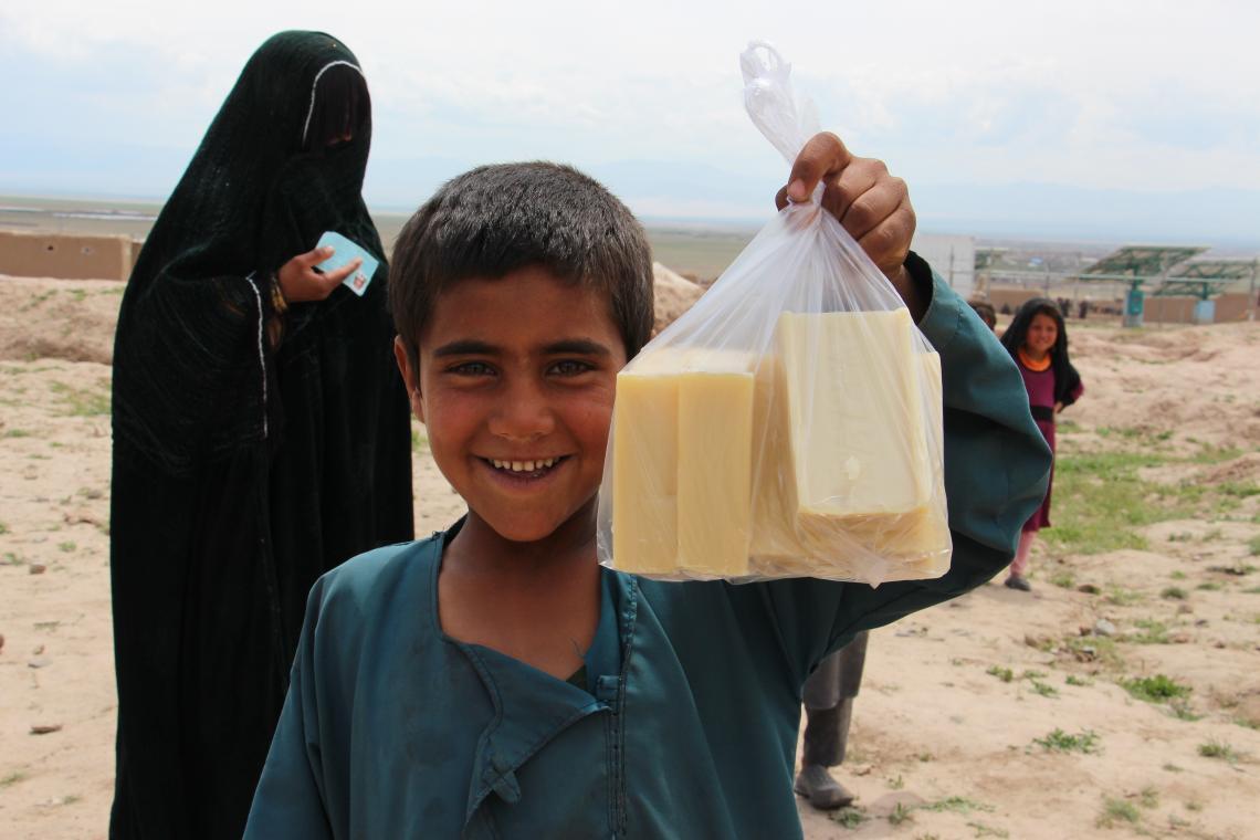 Afganistán. Un niño sostiene una bolsa de jabón.