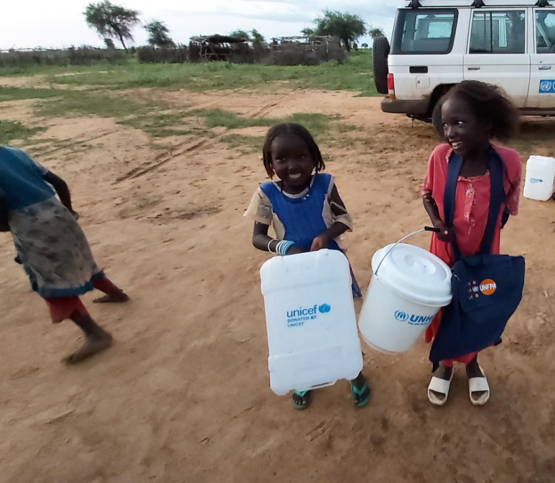 Mädchen in Ost-Darfur halten Hygieneartikel