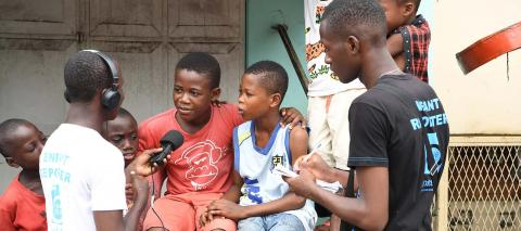 Young reporters interview children in the streets of Abidjan, for the weekly radio show aired in eight locations in Côte d'Ivoire, in 2017..