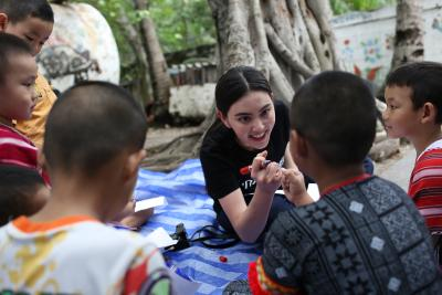 Mai Davika Hoorne is engaging with children.