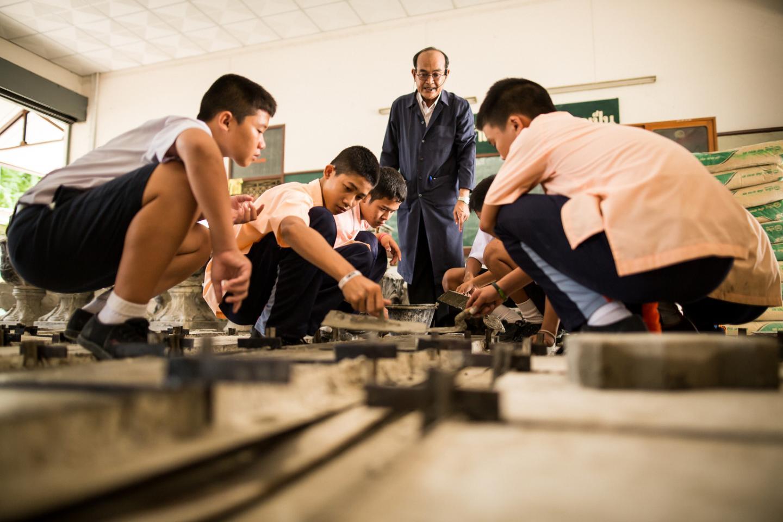 ADAP - กลุ่มนักเรียนกำลังเรียนในชั้นเรียนฝึกอาชีพ