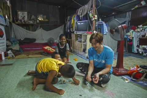 Nichkhun playing the the kids in the house