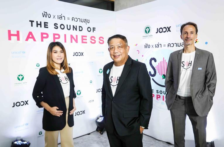 An executive at JOOX, Director-General of DMH at the Ministry of Public Health, and UNICEF Representative groups photo