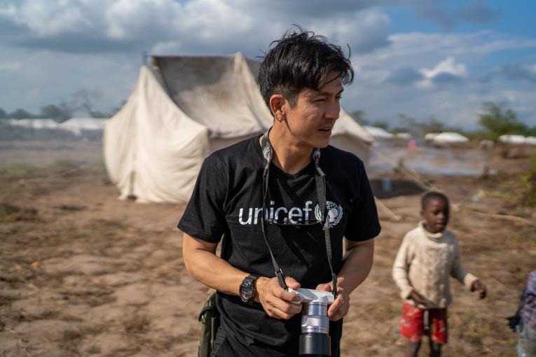 Popular actor Tik Jesdaporn Pholdee has recently travelled with UNICEF team to Mozambique where he met children and families affected by the cyclones