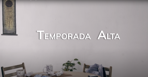 "Placa en la que se lee ""Temporada alta"""