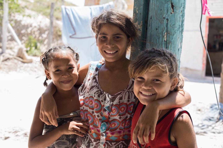 Tres niñas de la comunidad Pavia (Lara) durante la implementación de espacios amigables a la infancia.