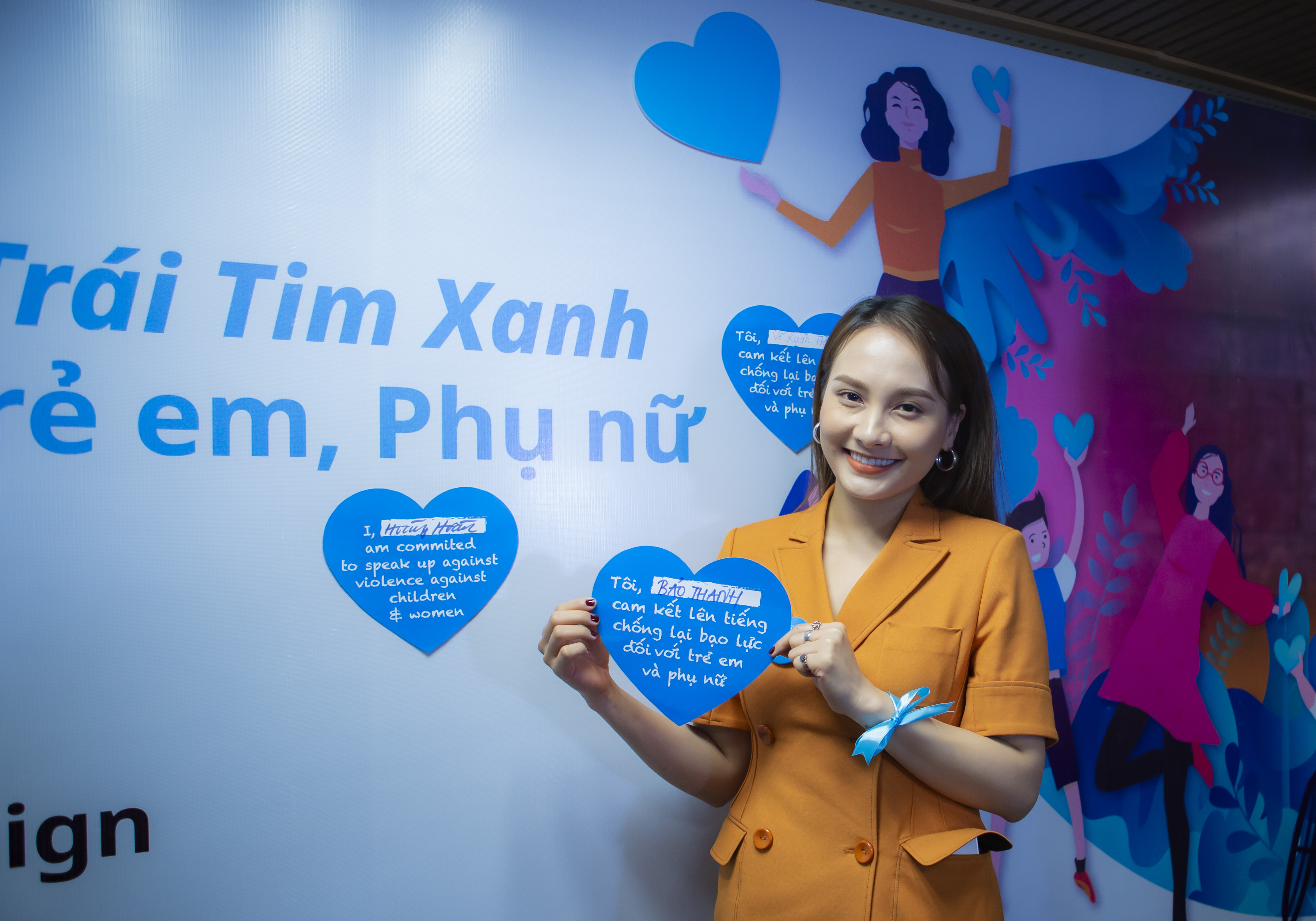 Bao Thanh shows her blue heart.