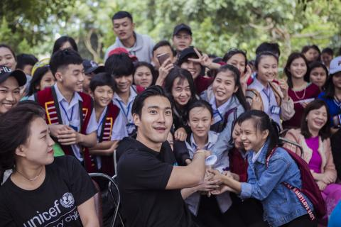 UNICEF Korea Special Representative and K-pop band Super Junior's member, Siwon Choi takes photo with the children at Dak Rve Commune secondary school, Kon Tum, during his second visit to Viet Nam in 2018