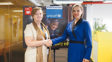 UNICEF Representative Rana Flowers shakes hands with SAP Viet Nam Managing Director Josephin Galla as they announce the new partnership this morning in Hanoi.