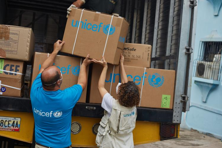 Monica Bucio, Chief Field Office of Táchira and UNICEF staff help unloading medical supplies delivered by UNICEF at a hospital in San Cristóbal, Táchira on April 24, 2020.
