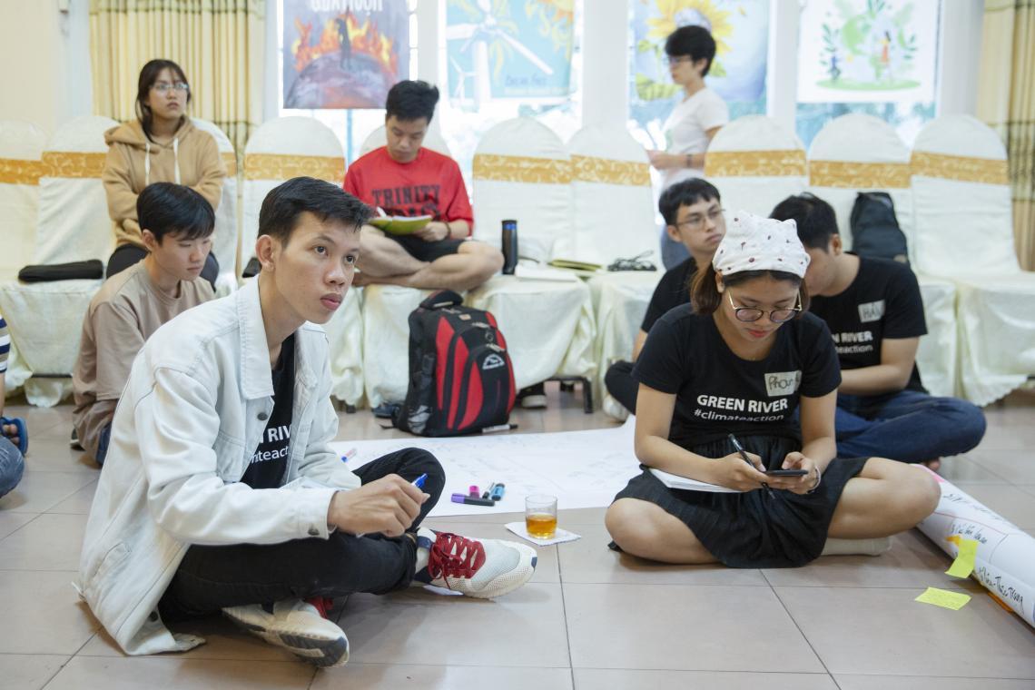 Sơn và các bạn thanh niên khác trong một buổi đào tạo của Sáng kiến Thủ Lĩnh Khí hậu Việt Nam (VCLI)
