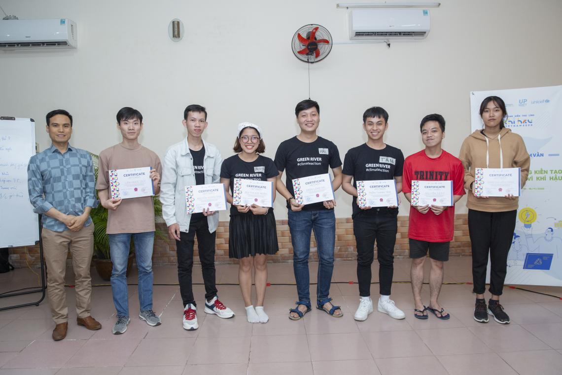 Sơn và các bạn thanh niên nhận được giấy chứng nhận từ Ban Tổ chức sau giai đoạn ươm tạo các dự án.