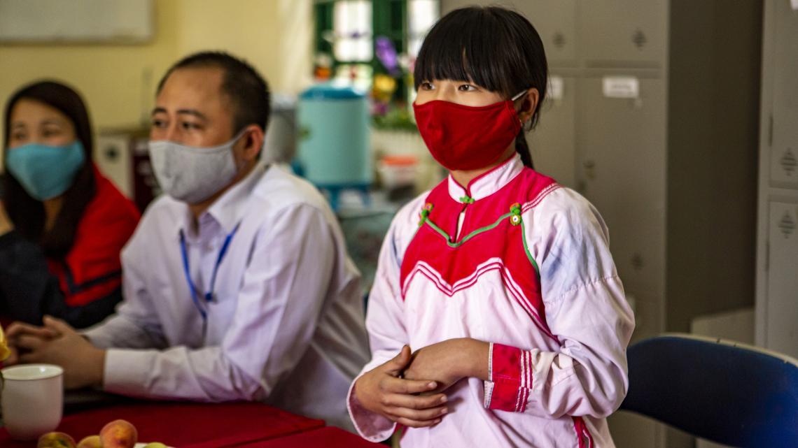 Châu Thị Dung, 13, dân tộc H'Mong, chia sẻ về việc học trực tuyến và làm mẫu cách rửa tay sạch bằng xà phòng