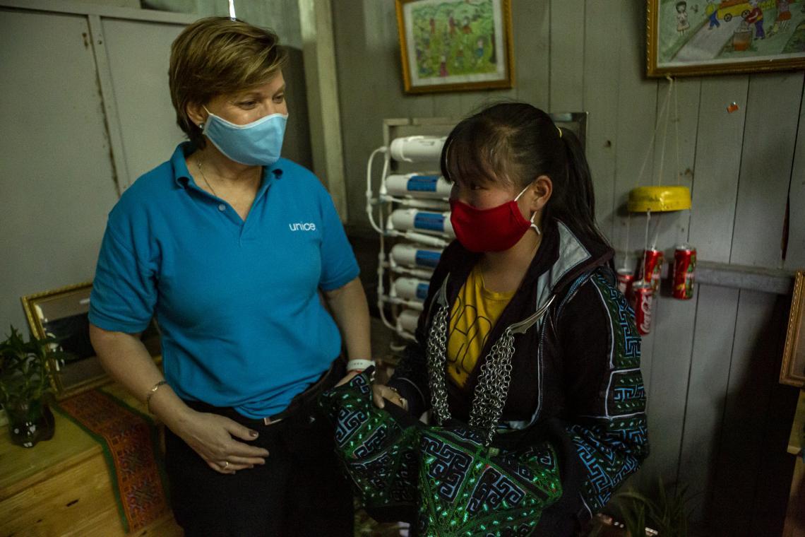 Châu Thị Mỹ Dung, 14, dân tộc H'mong, cho chúng tôi xem mảnh vải thổ cẩm được thêu bằng tay truyền thống của người dân tộc H'mong tại Sapa, Lào Cai