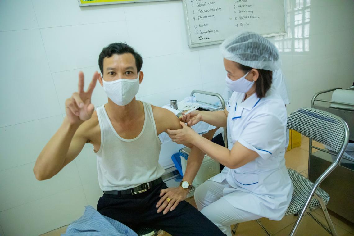 Một nhân viên y tế tuyến đầu đã được tiêm vắc xin phòng COVID -19