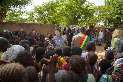 On 28 May in Mali, UNICEF Executive Director Henrietta H. Fore speaks with people on the grounds of the health centre during her visit to the Centre de Sante Communautaire de Safo, in the suburbs of Bamako, the capital of Mali.